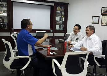 Mr Kobus Oosthuysen, General Manager of Caravell, meeting with Mr Lee Chin Tong, Managing Director of CT Rubber Industries Sdn Bhd at his factory.